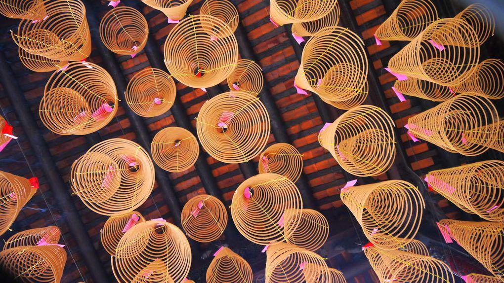 Visite du quartier de Cho Lon (quartier chinois) Temple dédié à la déesse Tiên Hau (protectrice des marins notamment). Admirez les spirales d'encens avec des prières écrites sur des petits papiers roses pour les morts. Joëlle, Nhung, Joëlle, Mai-Ly, Lise et Marie-Ange.