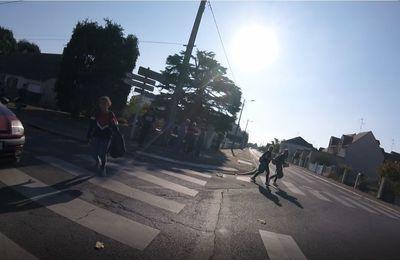 Il faut réduire la vitesse pour sécuriser la traversée au carrefour - Plus de 200 Riverains à Blois-Vienne pétitionnent  pour apaiser le transit de la rue des métairies, autour du collège.