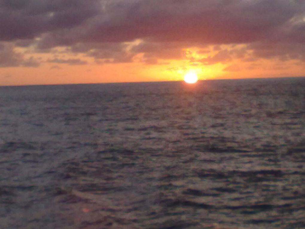 Lever de soleil les sont phographiés à 5 heures par  un sublime la mer est en harmoni avec la lumière, les nuages laissent la place à la couleur de vie