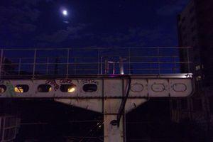 La lune veille sur les voies ferrées