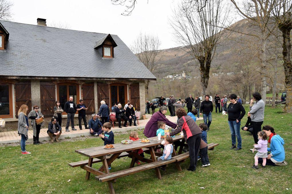 Vacanciers et habitants d'Adervielle ont fêté Pâques au gite. Petits pieds avec  paniers ou brouettes  ont su trouver les trésors chocolatés cachés.