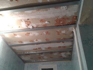 Sous ce vilain polystyrène, du contre plaqué cartonné !! alors une faux plafond en placo hydrofuge est indispensable !