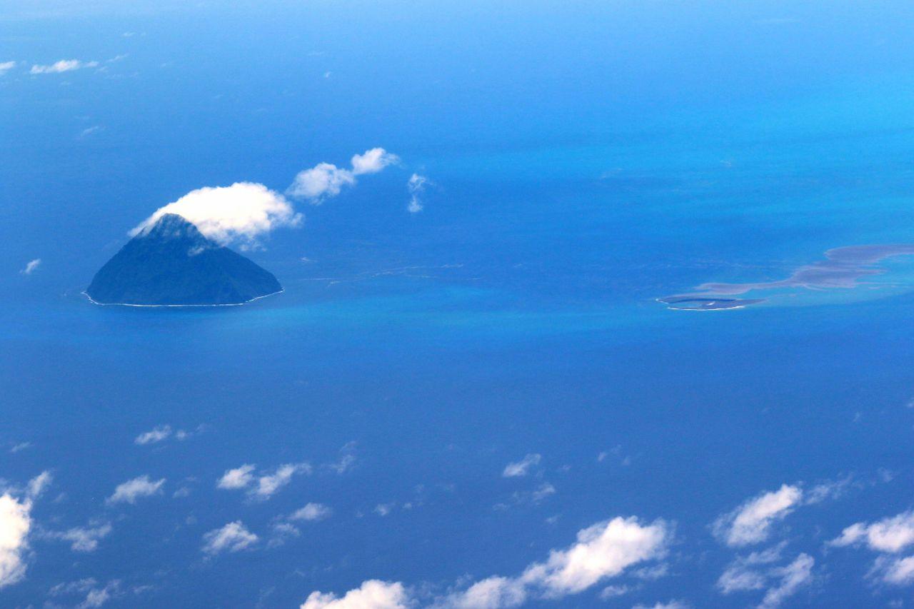 South Iwo Jima (à gauche) et Niijima à Fukutoku- Okanoba (à droite) - Japan Coast Guards 15.08.2021 / 12h47 - un clic pour agrandir