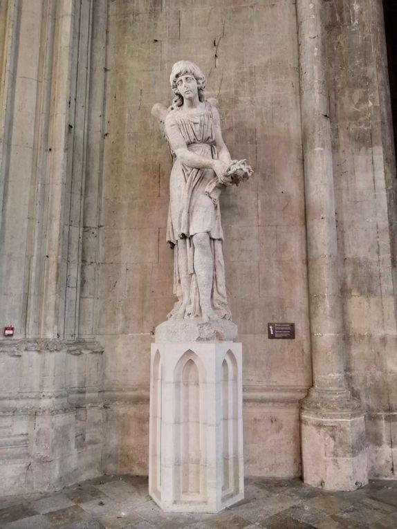 Ange tenant la couronne d'épines, Pierre, Vers 1790 (d'après un modèle de François Nicolas Delaistre), Original d'une des quatre statues couronnant la tour sud de la cathédrale.