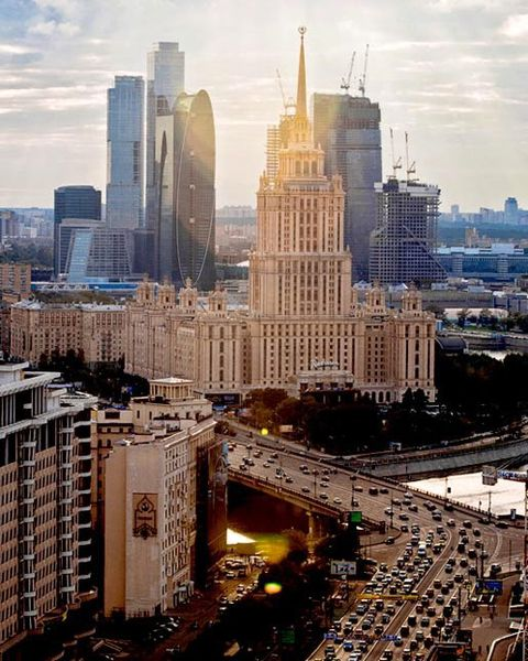 El Hotel Ucrania y detrás, al otro lado del rio, los emergentes rascacielos del MIBC (Centro Internacional de Negocios de Moscú).