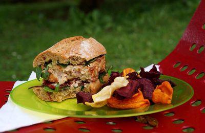 Sandwich façon burger: steak de poulet rôti, pesto, roquette, lamelles de tomates confites et copeaux de parmesan... Accompagné de ses chips de légumes (betteraves, carottes, panais, patates douces)