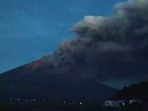 Kerinci - activité éruptive du 17.10.2020 - photo @aksesnews / via Rizal Twitter - un clic pour agrandir