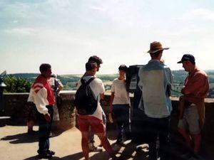 A Vezelay, du haut de la ville les compagnons admirent le panorama à l'entour... - Devant le splendide portail de la Basilique de La Madeleine...