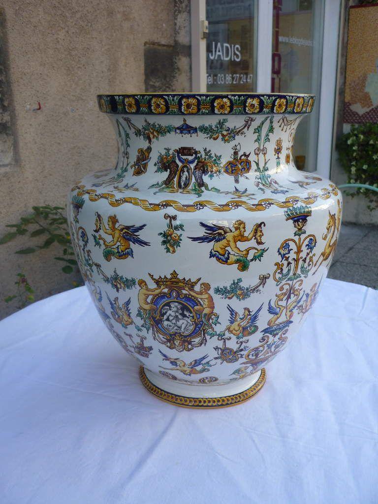 Grand vase balustre en faïence de GIEN décor Renaissance