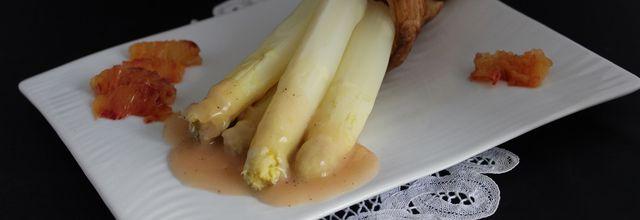 Cône feuilleté aux asperges et sa sauce à l'orange sanguine