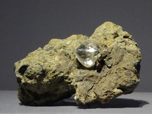 Corindon, diamant et zircon