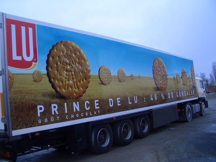 Marquage publicitaire, adhésif sur caisse de camion.