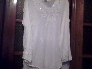 Le modèle est très tendance , couleur blanche avec des paillettes et perles argentées...