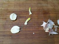 2 - Mettre le four à préchauffer th 7,5 (220°). Faire chauffer un fond d'huile d'olive dans une poêle. Peler et dégermer l'ail, réserver. Placer les pommes de terre debout et les faire revenir dans l'huile chaude, en assaisonnant avec le sel et le poivre, jusqu'à ce que se forme une couche croustillante sur le dessous, faire de même sur l'autre face en les retournant. Ajouter le beurre dans la poêle, puis l'ail, les branches de thym et la portion de fond de veau diluée dans 20 cl d'eau tiède. Badigeonner les pommes de terre avec cette sauce. Laisser revenir quelques minutes.