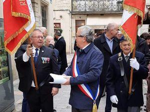 A AIGUES MORTES (Gard) par le président interdépartemental Francis SZWEC -Porte drapeau- en compagnie de Jean-Marie CHASTEL, président de la section UNC Aigues-Mortes, membre de l'AACRMI.
