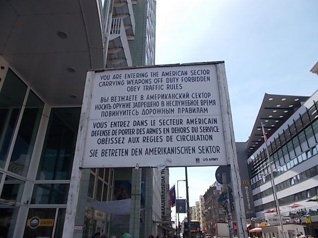 bonne nourriture et bons liquides....les petites plaques carrées de laiton portent les noms des personnes juives ayant habité dans l immeuble et déportées