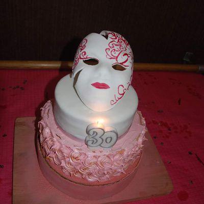 Gâteau rose, masque de carnaval