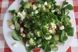 Salade de mâche à l'avocat, tomates, feta et surimi