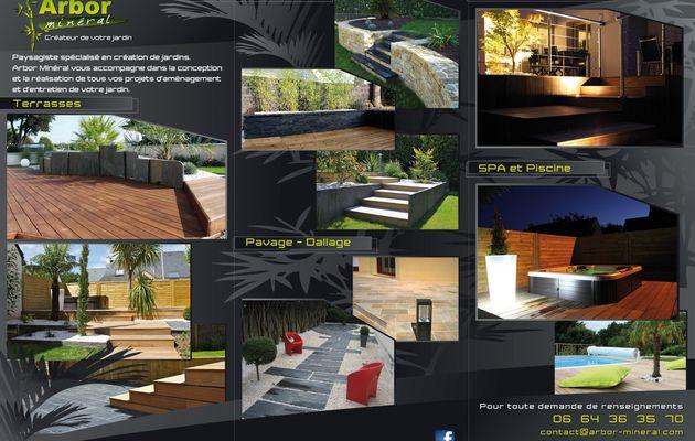 Jardin de ville en Bretagne (Vannes) avec sa terrasse en bois et son mobilier de jardin.