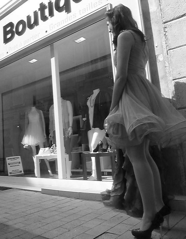 """Depuis la terrasse, dite de la colombe, étage mariage de Sandrine, les mannequins d'honneur, en briefing à leur manière. Sandrine Ségues, partenaire de cette manifestation profite pleinement du soleil et du nouvel emplacement de son magasin """" Mariage Boutique """". Le soleil était présent, aussi la clémente météo a su retenir de nombreux passants, certes qui passaient, se renouvelant. Avant que ne défile ces demoiselles, Vanessa, Jennyfer, Aurélie (Miss), rendez-vous sur le tapis rouge."""