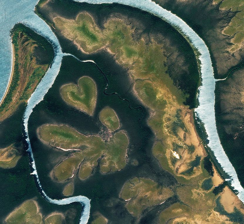 Pour la Saint-Valentin, des coeurs à prendre tout autour de la Terre : îles, lacs, etc. vus par les satellites d'observation.