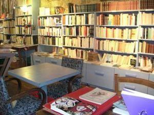 ... qui est également la Cité du Livre, où résident à l'année une vingtaine de libraires et d'artisans d'art du livre