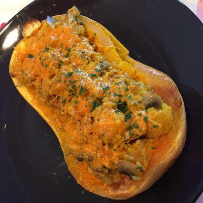 Butternut farci aux riz intégral, champignons et carotte gratiné à la mimolette