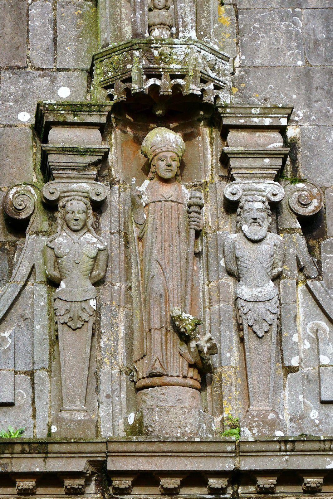 Portail sud de l'ossuaire (1619) de La Martyre. Photographie lavieb-aile décembre 2020.