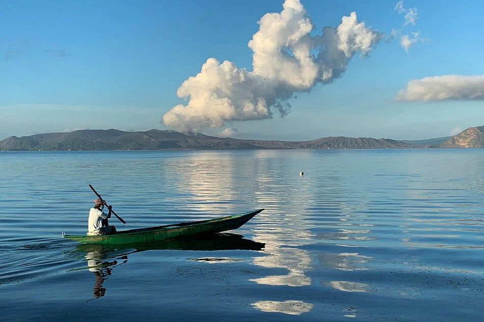 Taal volcano island - gas and steam plume - photo archives co ABS-CBN News 24.05.2021