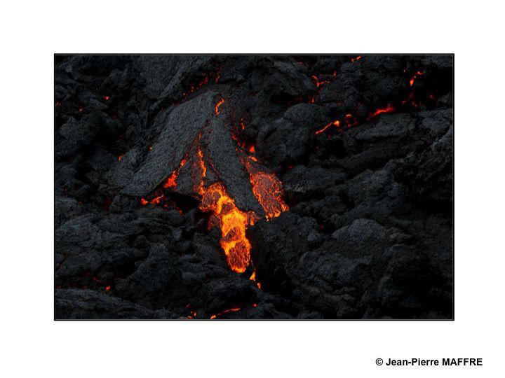 Peu d'endroits permettent d'observer de très près des coulées de magma ou des lacs de lave en fusion sur notre planète.