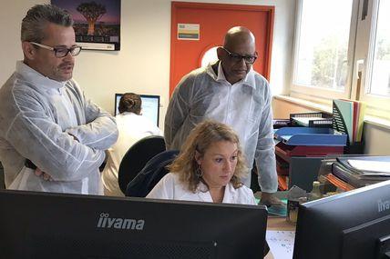 17/10/19  le directeur de SGS ocean Indien decouvre nos robots logiciels concus et developpes dans notre laboratoire de Rouen