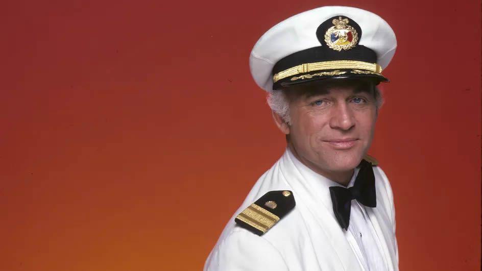 """Gavin MacLeod, dans son costume du Capitaine Merrill Stubing de la série """"La croisière s'amuse"""".  (ABC PHOTO ARCHIVES / WALT DISNEY TELEVISION)"""