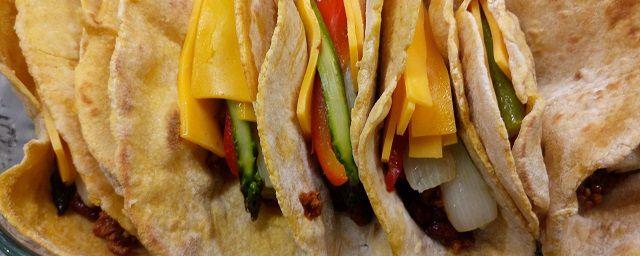 """Come fare le tortillas di mais messicane senza l'introvabile """"masa harina"""" e suggerimenti per la farcitura"""
