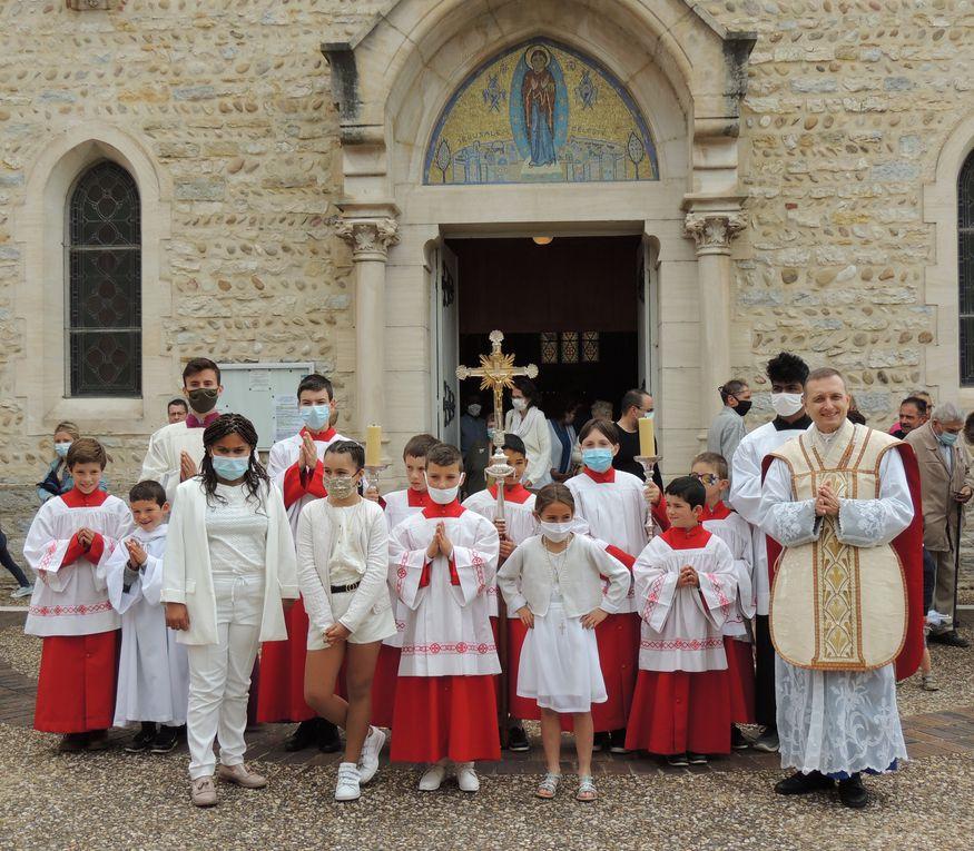 ...Après la messe, photos des nouveaux communiants.