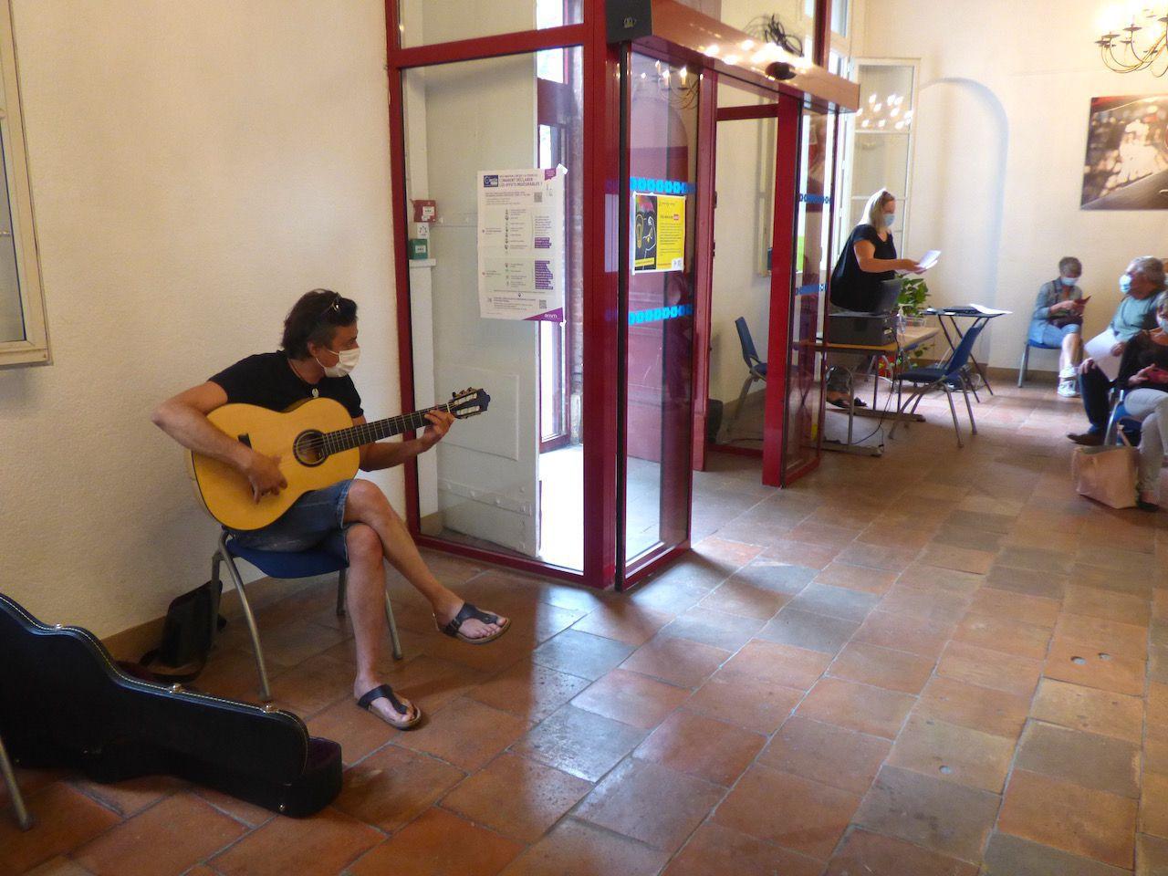 Mardi 6 juillet, au Centre de vaccination installé à l'Hôtel de ville. Benoît Mardon joue pour les soignants. La guitare était sa compagne, son instrument et sa muse. / DDM, DR