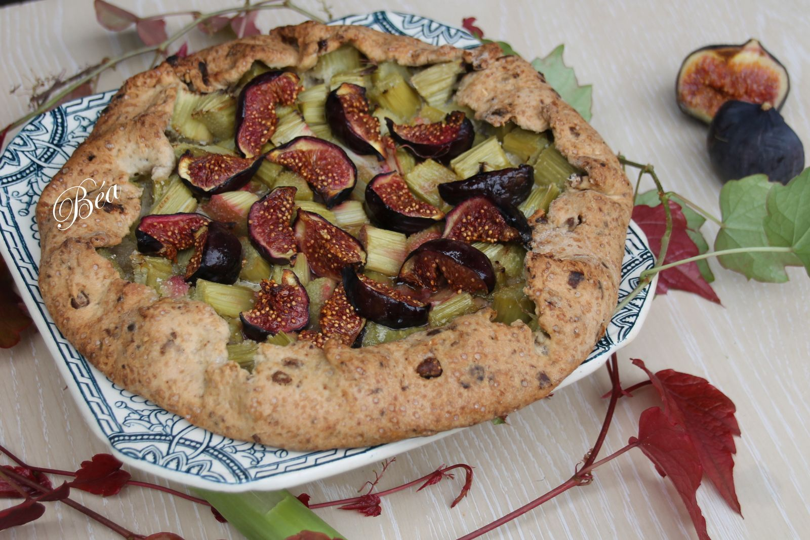 Tarte rustique à la rhubarbe et aux figues