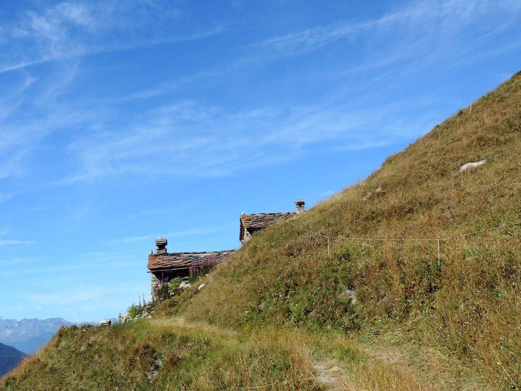 Sentier jalonné de belles maisons en pierres et toits de lauzes