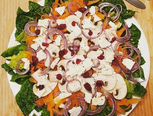 Salade aux légumes de saison, carottes, champignons, oignon rouge, feta