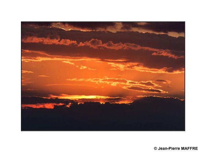 A l'aube ou au crépuscule et au cours de la journée, le ciel d'été présente des nuances variées.