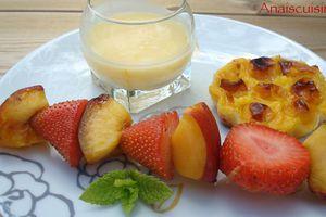 Brochettes de fraises et nectarines, sauce à l'orange