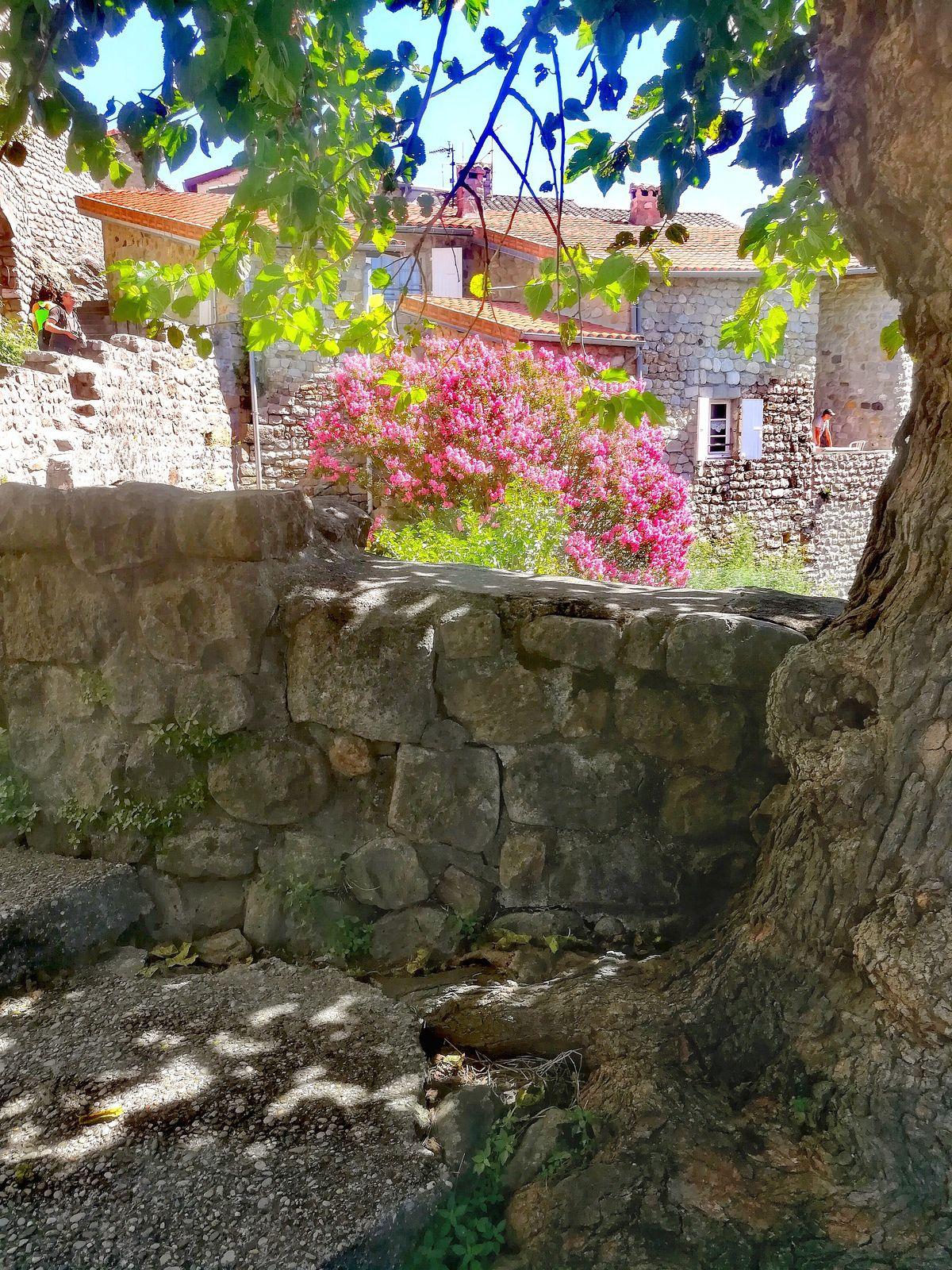 Jaujac, cette petite commune principalement connue pour son eau gazeuse.