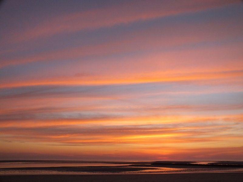 Pour découvrir le coucher de soleil  (en mouvement), de Roseline Adrien, cliquez sur cette photo , puis sur la flèche de droite...