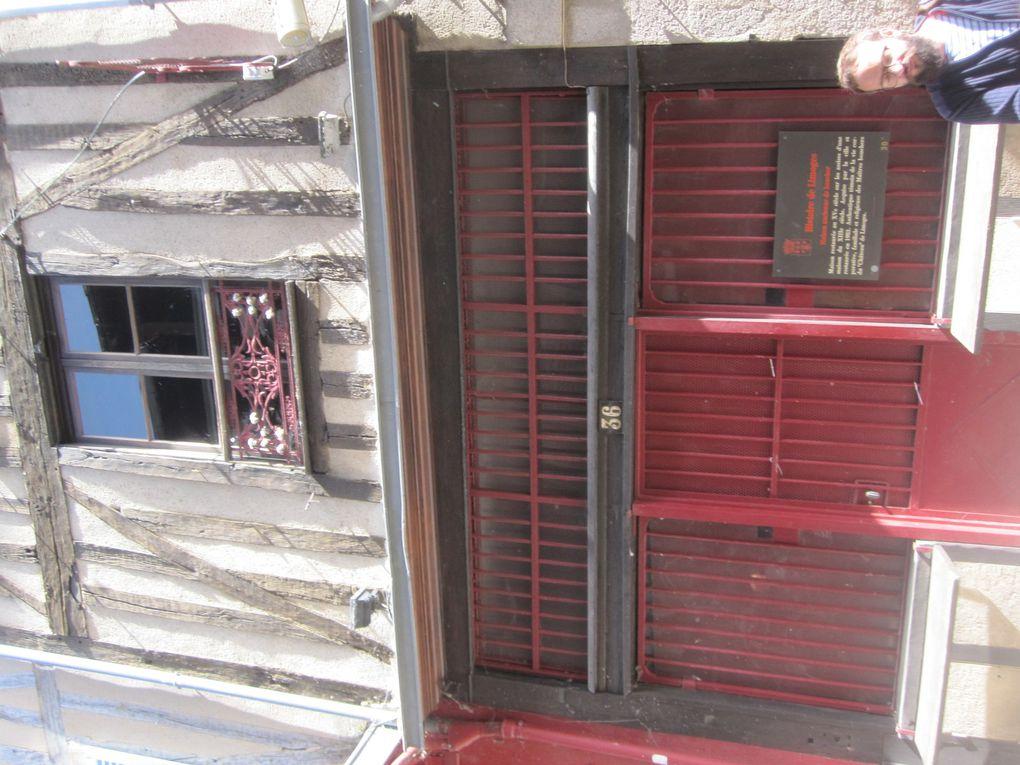 """le Quartier haut de Limoges et sa célèbre rue de la Boucherie, impossible de rapporter tous le détails donnés par notre GUIDE mais, les amateurs pourront noter le rendez-vous d'octobre pour le week-end """"des petits ventres"""" où les abats et spécialités bouchères sont proposées à gogo !!! autres anecdotes : le clafoutis serait Limousin et le Concours de crachat de noyaux de cerises !!! 72 bouchers ou tripiers s'activaient dans cette rue"""