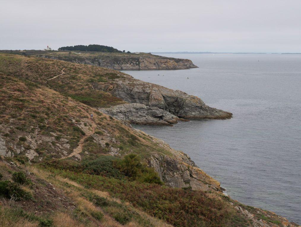 Départ de Locmaria, vers la plage de Port-Andro. Le sentier est facile, au loin ( dia de couverture et 7 ) l'île de Groix. Retour par la campagne et un joli village.
