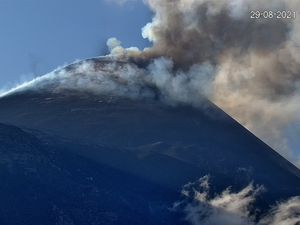 Etna SEC - 08/29/2021 / 5:57 p.m. and 5:51 p.m., LAVE and INGV webcams respectively - one click to enlarge