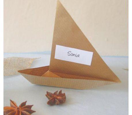 Décoration de mariage sur le thème du voyage : marque-place avion/voilier