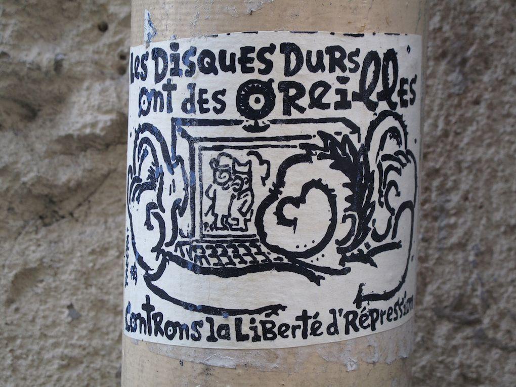 tags, collages, papiers collés, stickers, objets collés etc ... street-art