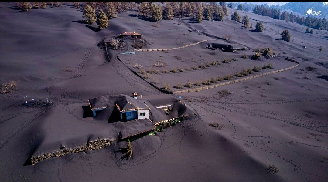 La Palma - the eruption of Cumbre Vieja drowns the countryside and nearby homes in ashes - photos Ilovethe world / Twitter