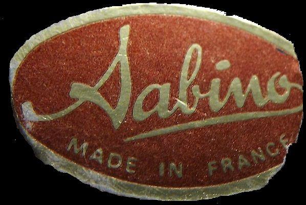 Sabino MADE IN FRANCE sur une étiquette collée sur la pièce. Existe en rouge comme ici et aussi en bleu.