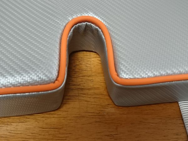 "Housses en simili ""Carbon Fiber Silver"" avec passepoil orange"